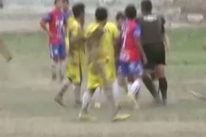 VIDEO: Árbitro se vuelve loco al expulsar y golpear a un futbolista