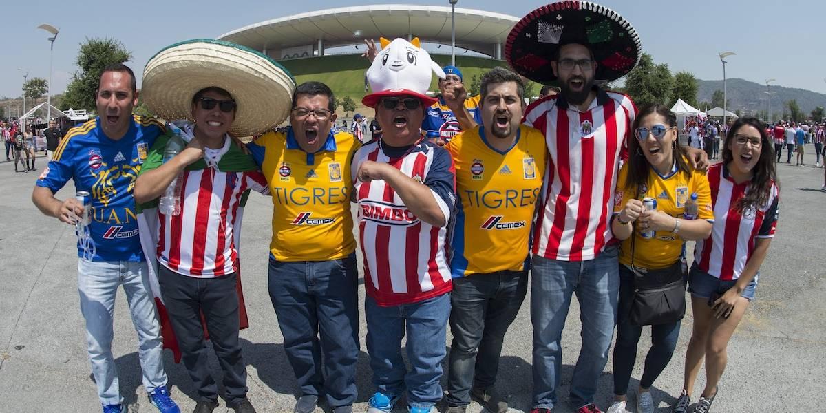 Los aficionados desesperados por un boleto afuera del Estadio de Chivas