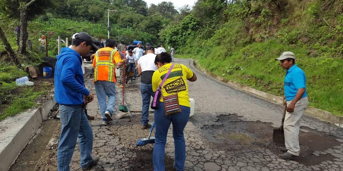 Vecinos de San Vicente Pacaya bachean tramo carretero
