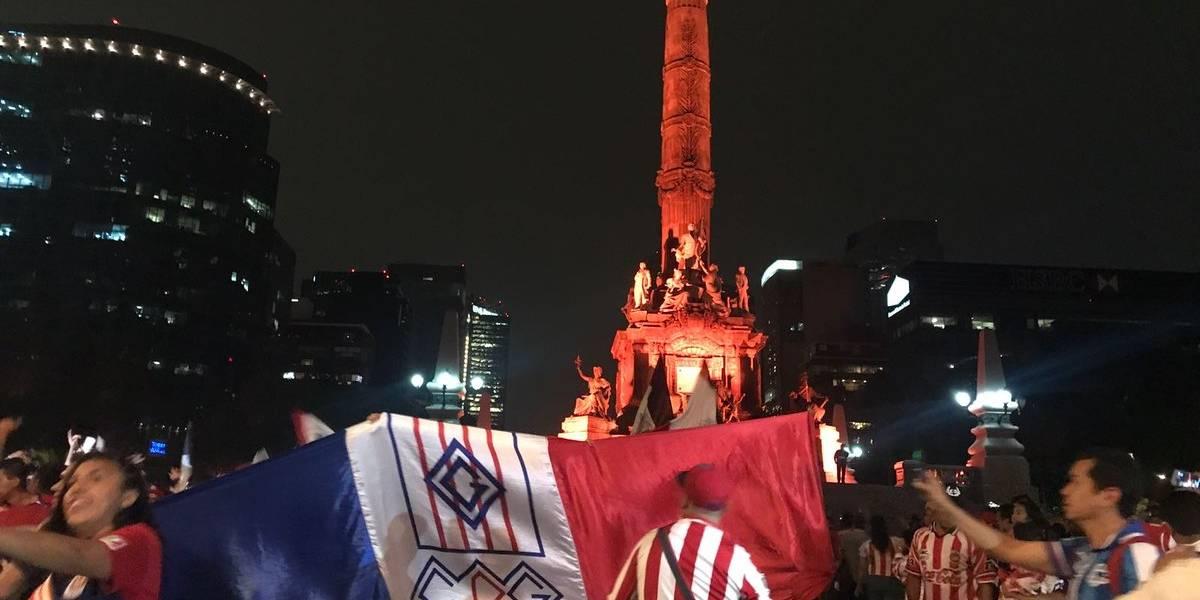 Aficionados festejan el título de Chivas en el Ángel de la Independencia