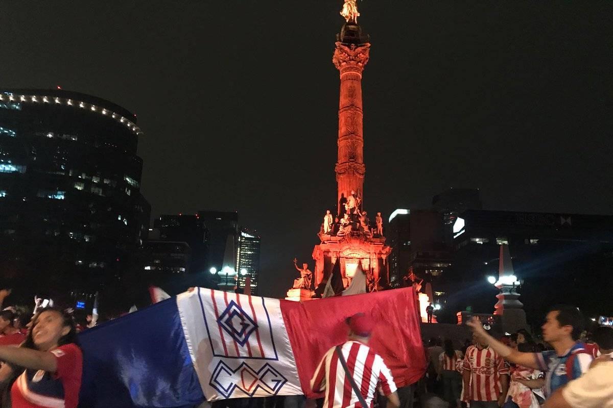 ESPECIAL TWITTER Aficionados festejan el titulo de Chivas en el Ángel de la Independencia