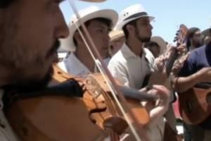 """Muro entre México y Estados Unidos se """"derrumba"""" ante el son jarocho"""