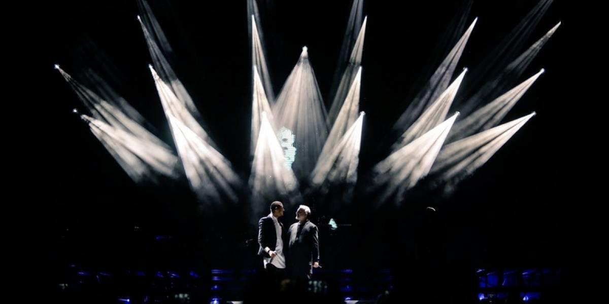 El beso de Manuel Medrano y Miguel Bosé en el concierto de Bogotá