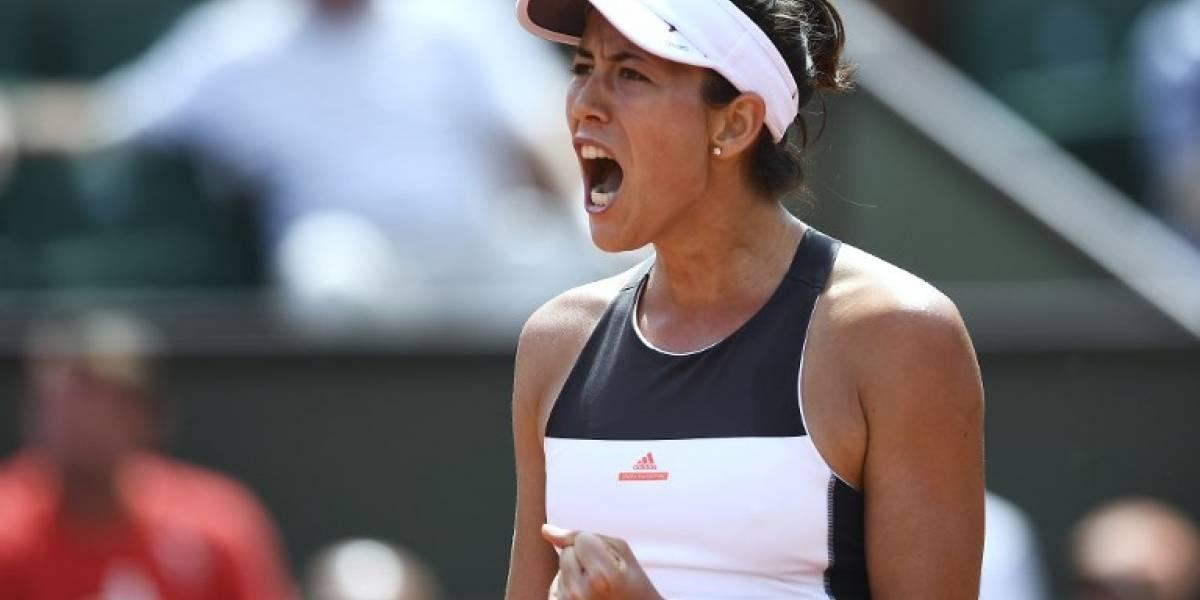 Muguruza inició la defensa de su título en Roland Garros con cómoda victoria