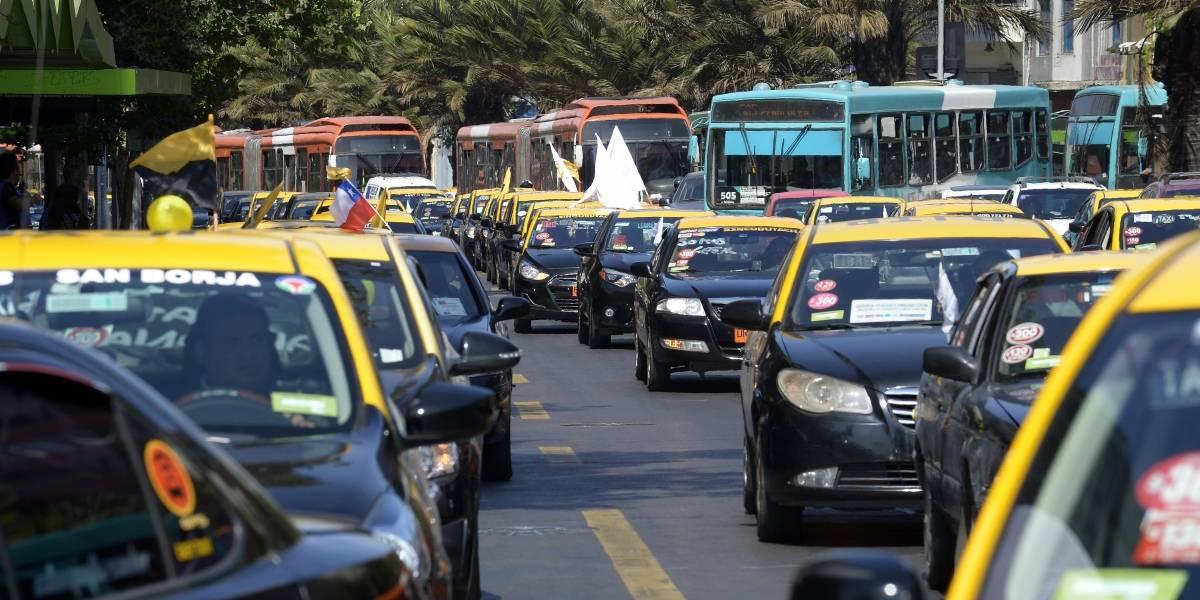 Programa de renovación en la RM: Gobierno anuncia subsidio para que taxistas se pasen a la electromovilidad