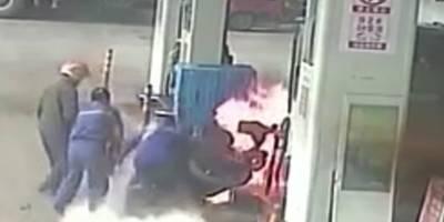 Un hombre incendia su propia moto en una gasolinera