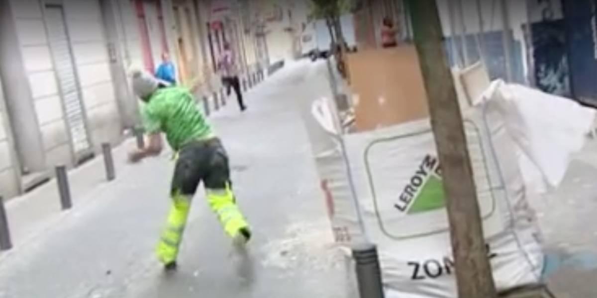 Un hombre lanzó ladrillos a periodistas en España