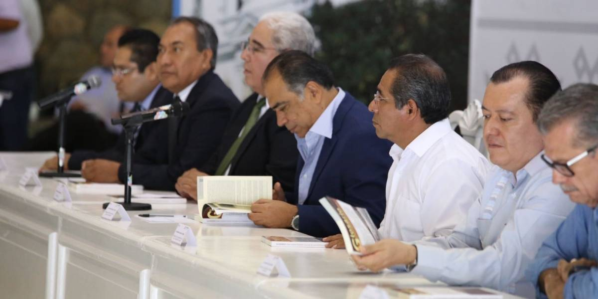 Héctor Astudillo acude a presentación de libro para mejorar el sector salud en el estado