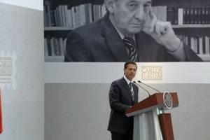 Poeta mexicano Lizalde recibe Premio Carlos Fuentes por su entrega literaria