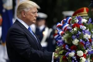 Donald Trump coloca una ofrenda floral en el cementerio de Arlington