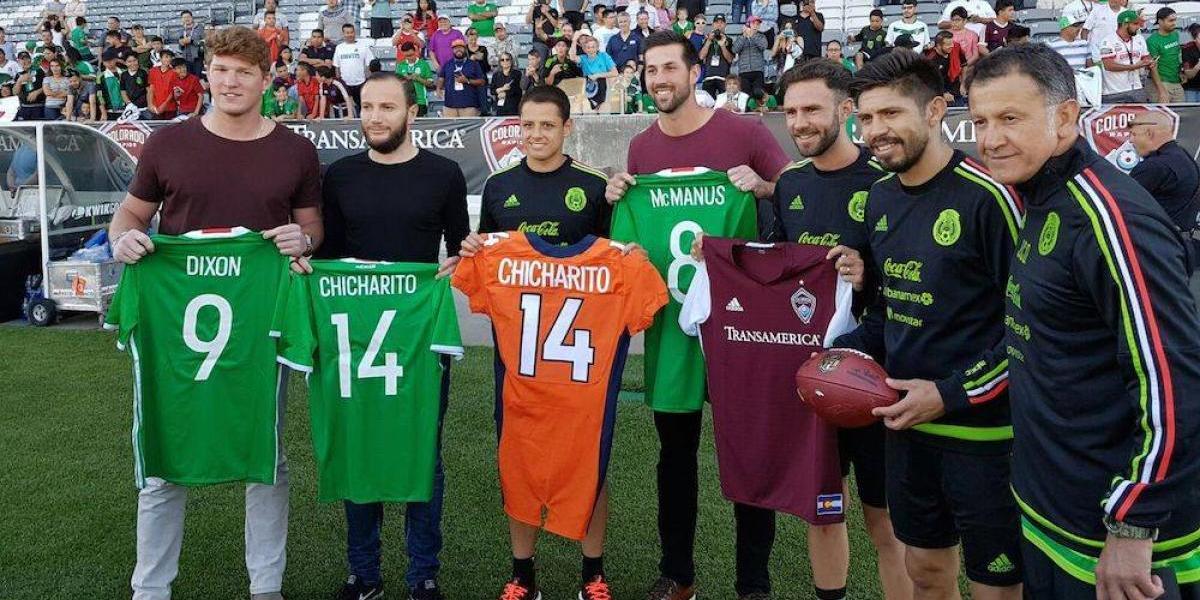 """Jugadores de Broncos de Denver obsequian jersey al """"Chicharito"""" Hernández"""