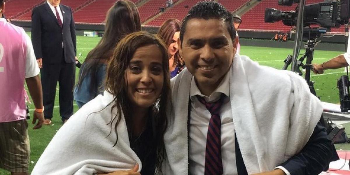 VIDEO: Jugadores de Chivas empapan a reportera de Univision