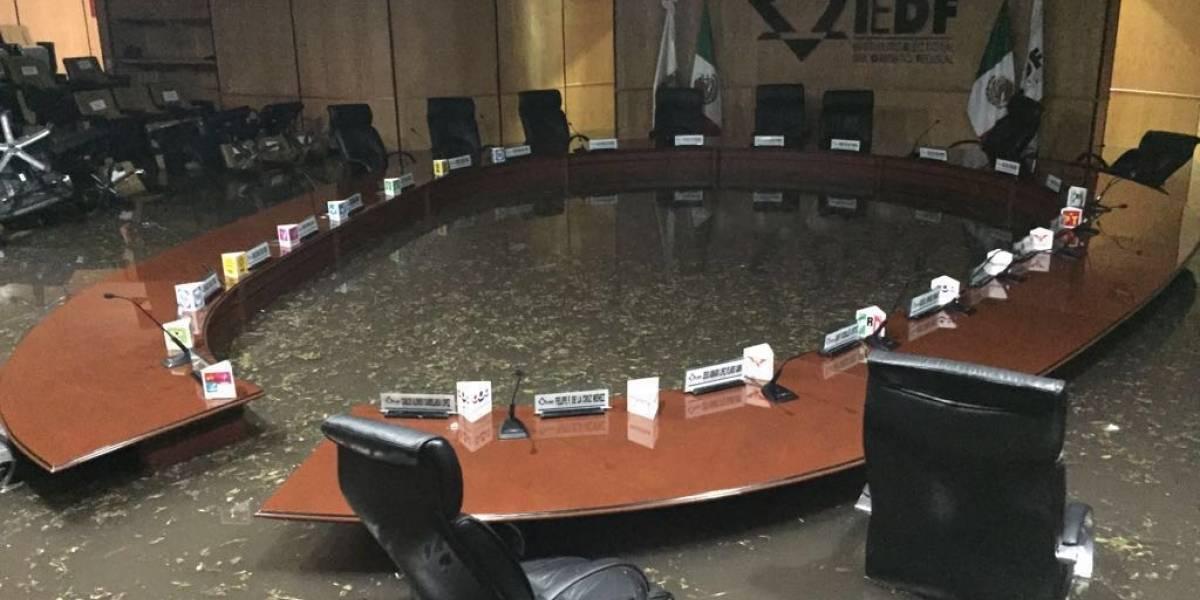 Tromba inunda sala del Consejo del IEDF en Tlalpan