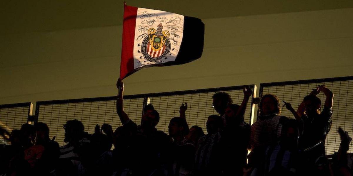Reportan agresiones a periodistas por parte de aficionados en el estadio Chivas