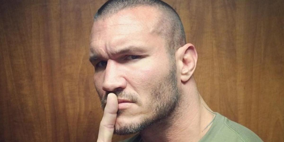 VIDEO: Randy Orton le aplica tremendo RKO a su hijo en la alberca