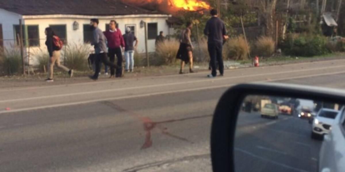 Explosión de gas e incendio afecta a restaurante y fábrica en Calera de Tango