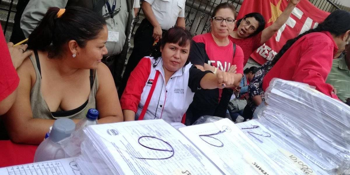 Salubristas entregan más de 200 mil firmas a autoridades para rechazar carencias en sistema de salud