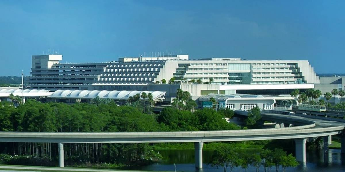 Reportan incidente con hombre armado en aeropuerto de Orlando