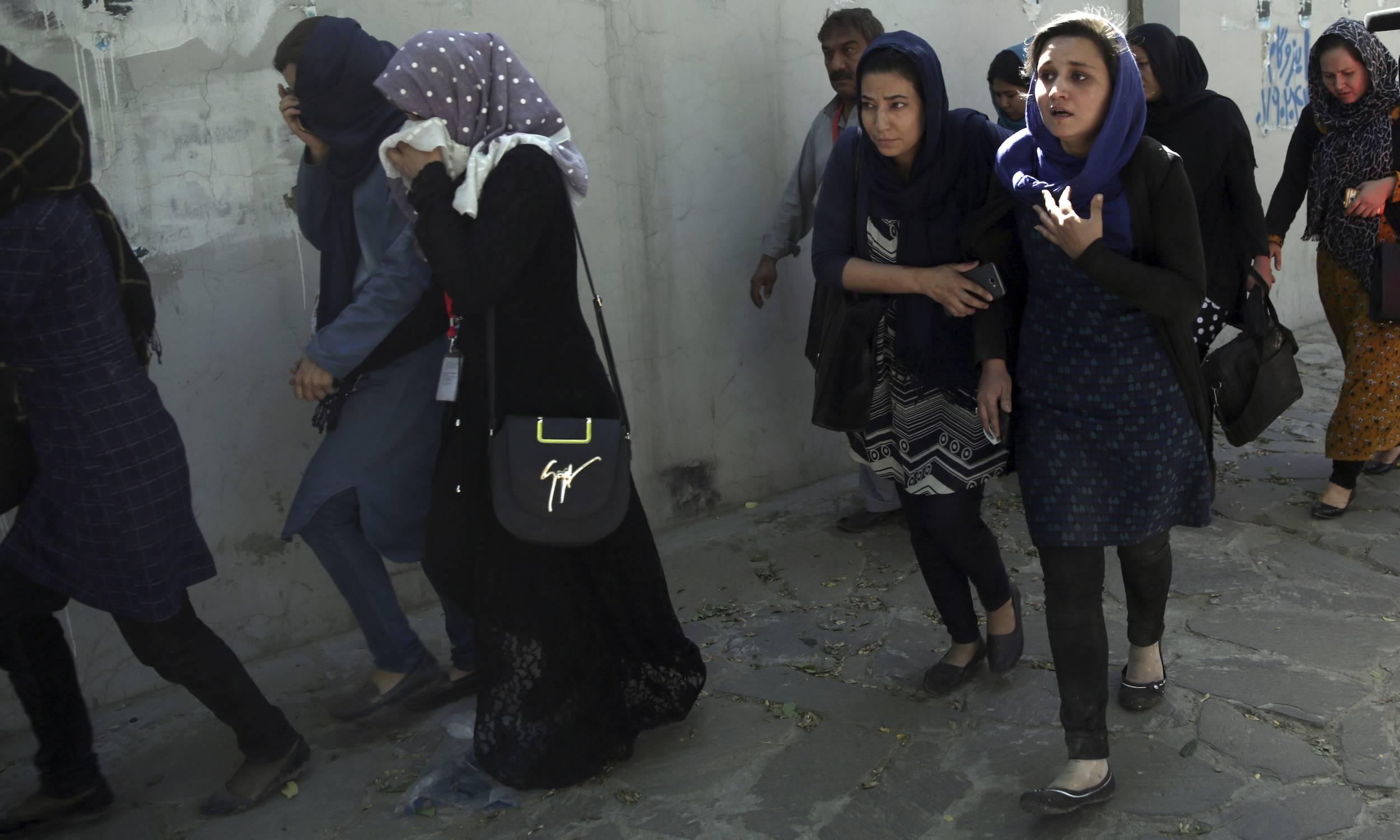 Personas huyen de la zona del ataque registrado la mañana del 31 de mayo de 2017 en Kabul, Afganistán. / Foto: AP