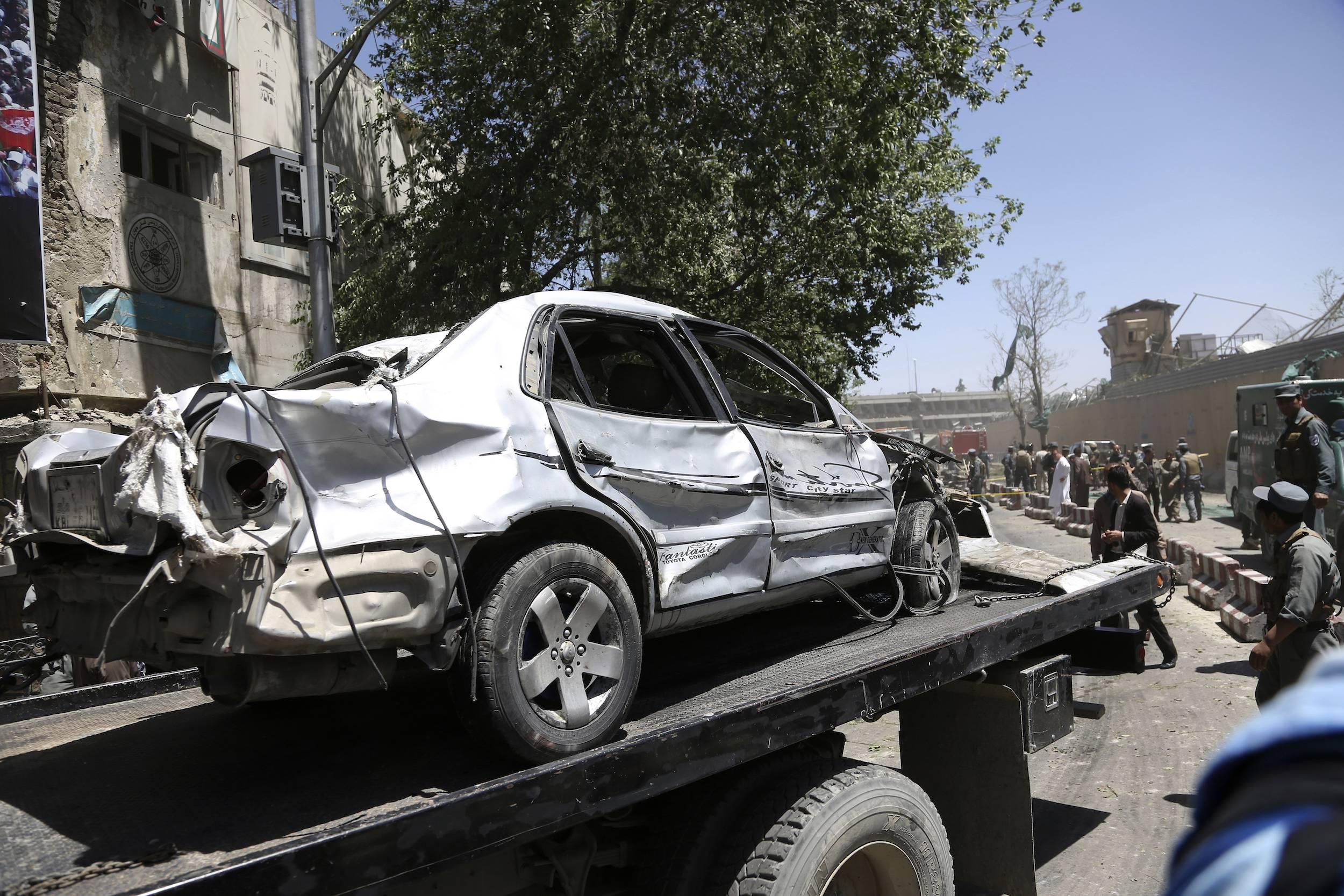 La explosión fue tan potente que más de 50 vehículos quedaron destrozados o dañados. / Foto: AP
