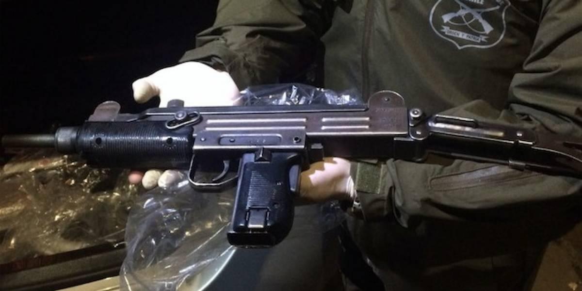 Hallazgo de subametralladora UZI destapa extravío de una treintena de armas desde Carabineros