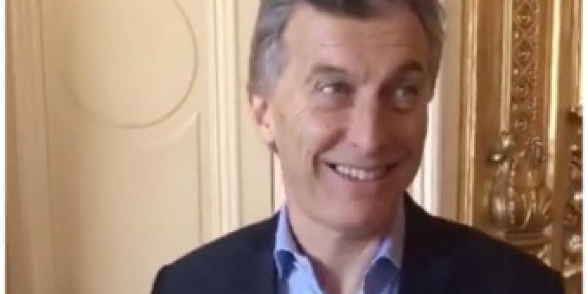 """Nadie se salva de la locura del Finger Spinner: el presidente de Argentina """"se subió al tren"""""""
