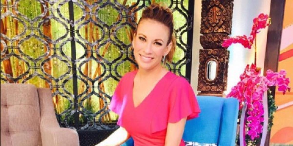 Ingrid Coronado se cae durante programa en vivo y es víctima de burlas