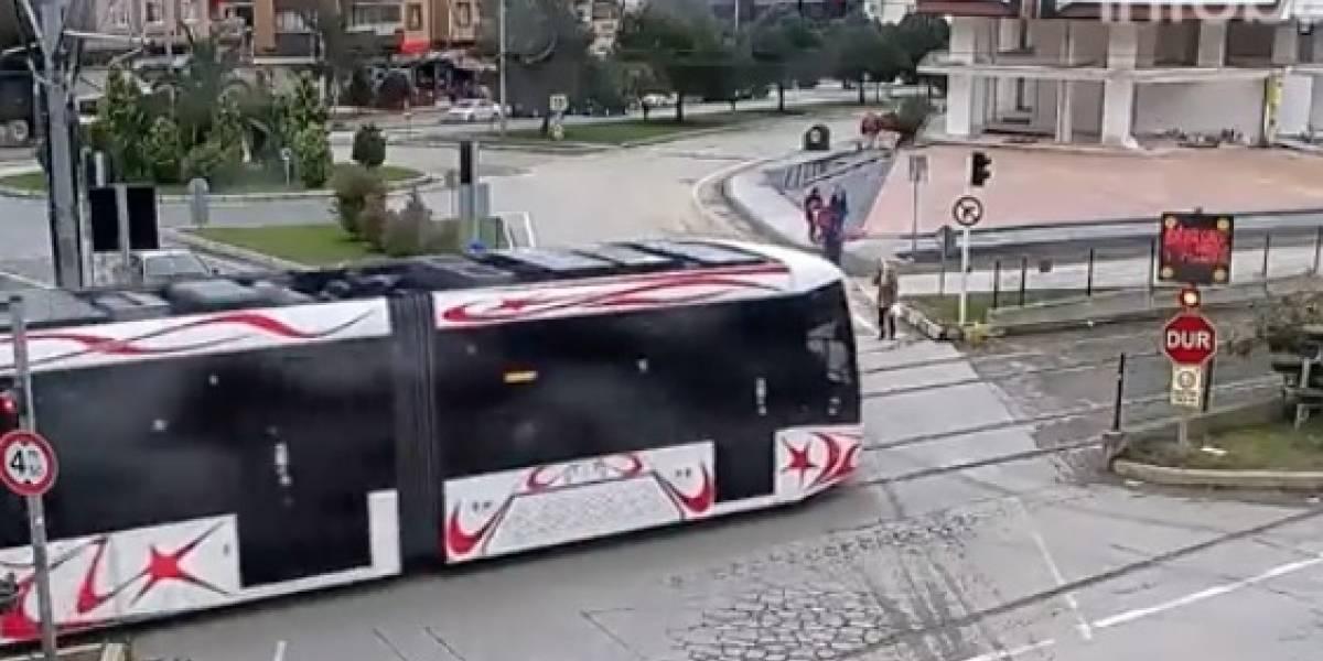 Impactante video revela qué pasa cuando se cruza delante de un tranvía hablando por celular