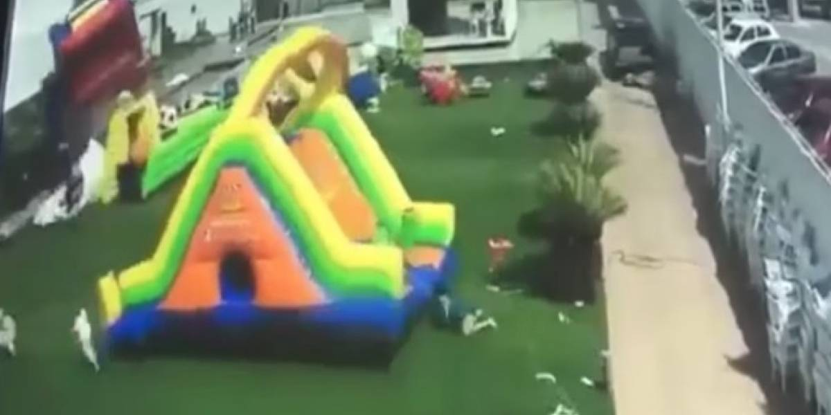 Fuerte ráfaga de viento arrasó con juegos inflables e hizo volar a niños en México