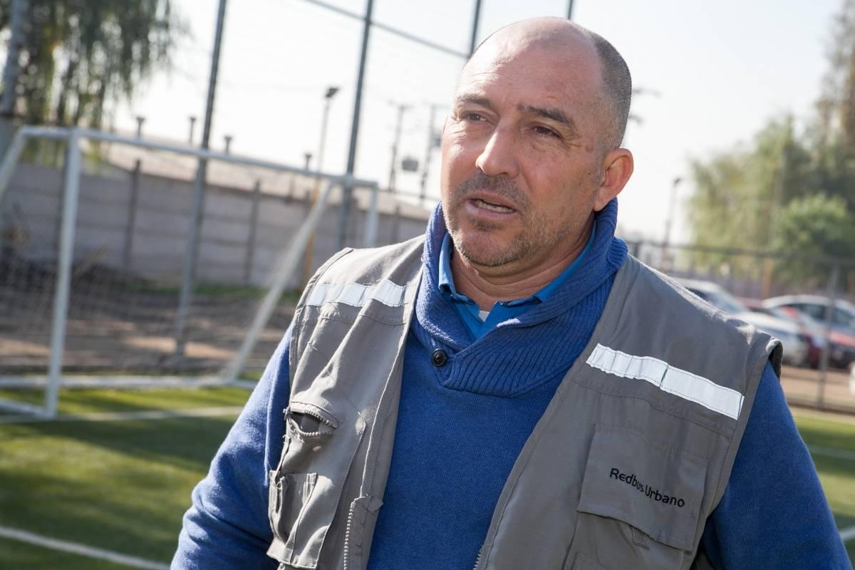 Cristián Mora, alejado del profesionalismo, se dedica al área administrativa en una de las empresas del Transantiago / Eduardo Ángel- El Gráfico Chile