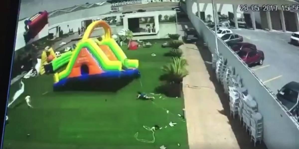 VIDEO. Aterrador momento en el que un ventarrón se lleva un inflable con todo y niños