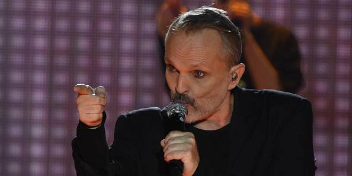 Miguel Bosé causa euforia al besar a un cantante colombiano en pleno concierto