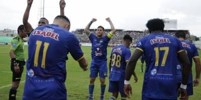 Delfín vence agónicamente a Independiente y sigue como único líder