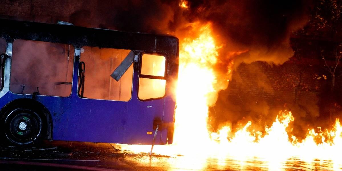 Bus del Transantiago es quemado en la comuna de Macul