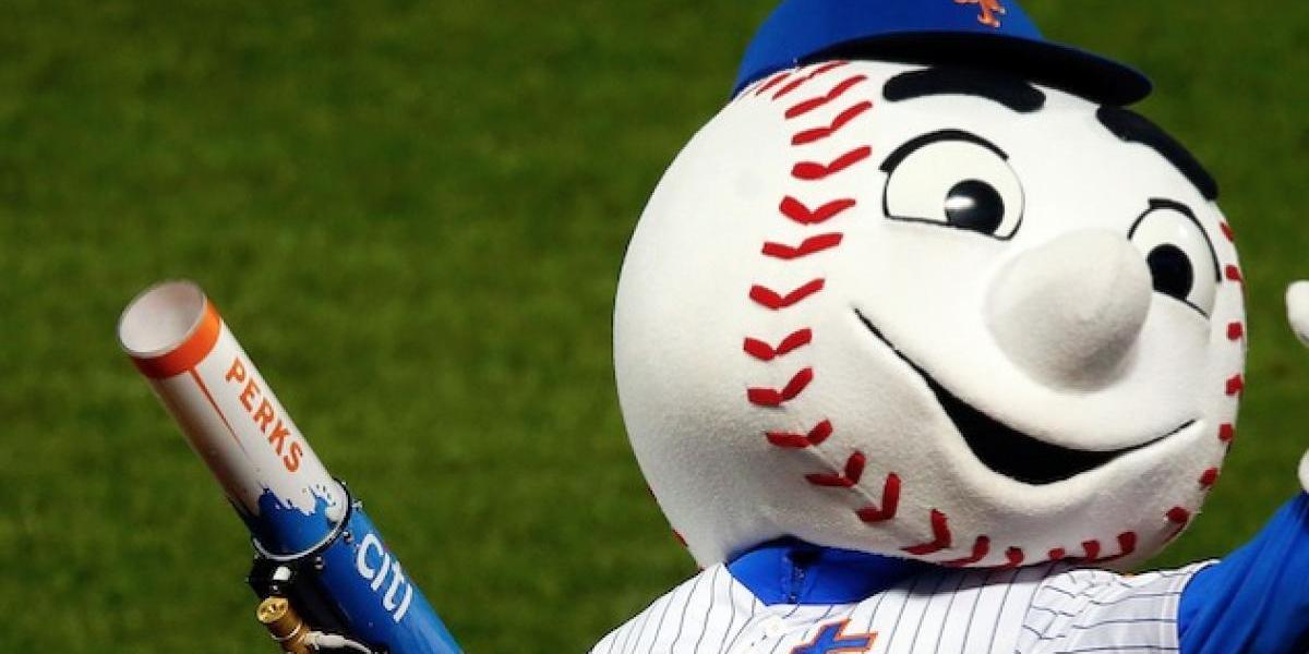 VIDEO. Famosa mascota de la MLB recibe duro castigo por señal obscena