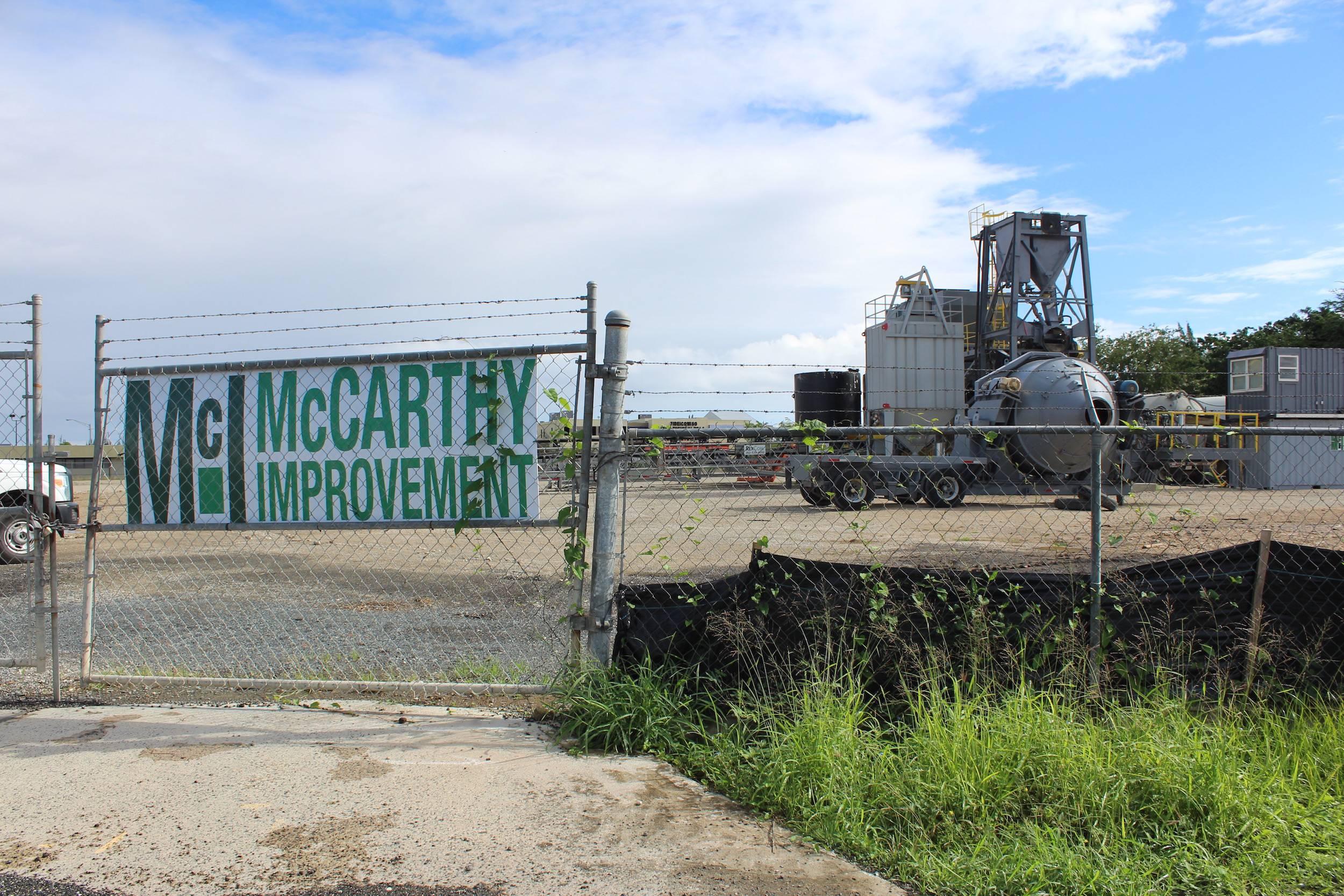Imagen tomada hoy por Metro muestran el equipo de la planta en terrenos del Aeropuerto Luis Muñoz Marín, aunque parte del equipo ha sido desmontado. / David Cordero Mercado