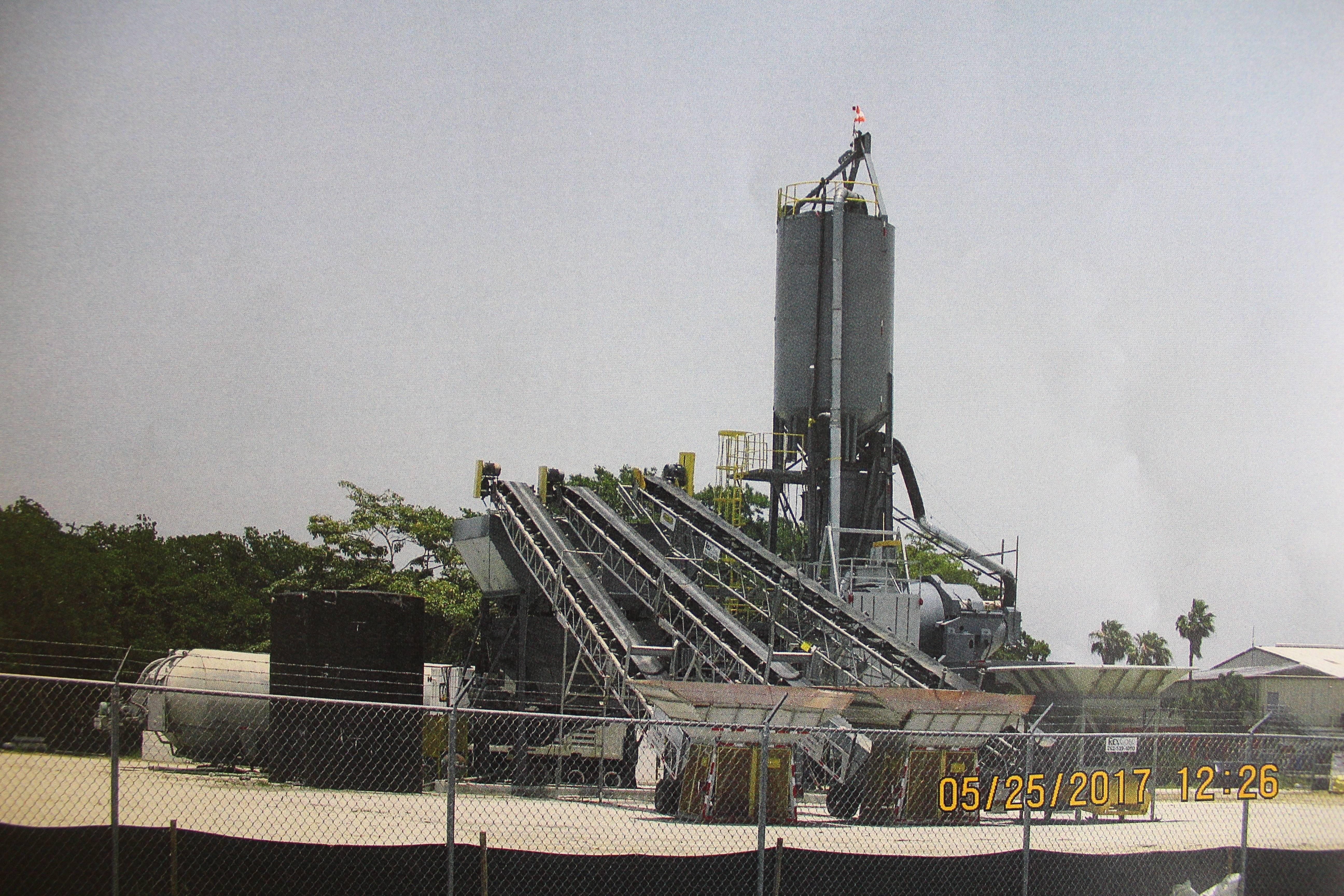 Imagen de la planta de hormigón instalada y levantada en los predios del aeropuerto, tomada el 25 de mayo de 2017. / Suministrada