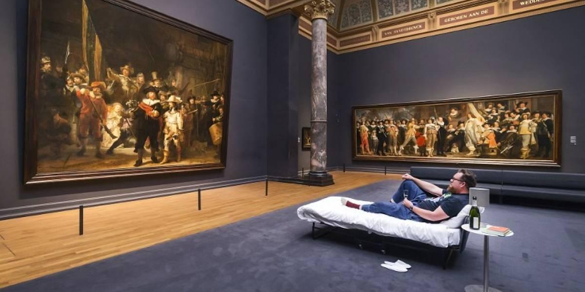 Un profesor de arte durmió frente a una obra de un museo de Amsterdam al ser el visitante número 10 millones