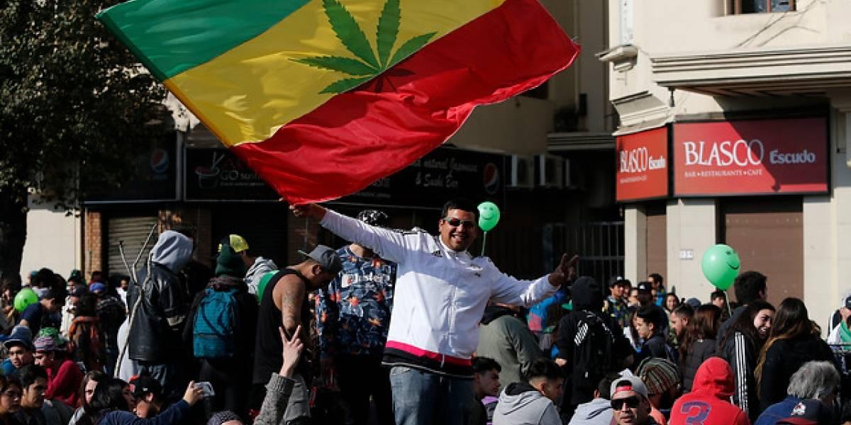 Cientos de personas marcharon por la Alameda pidiendo la legalización de la marihuana