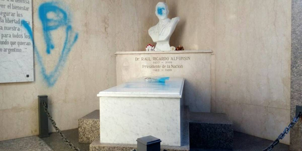 Rayan mensajes peronistas en la tumba de ex presidente argentino