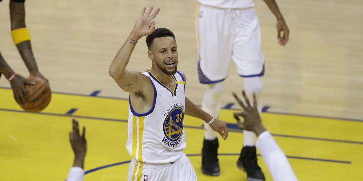 Triple doble de Curry pone a Warriors en 2-0
