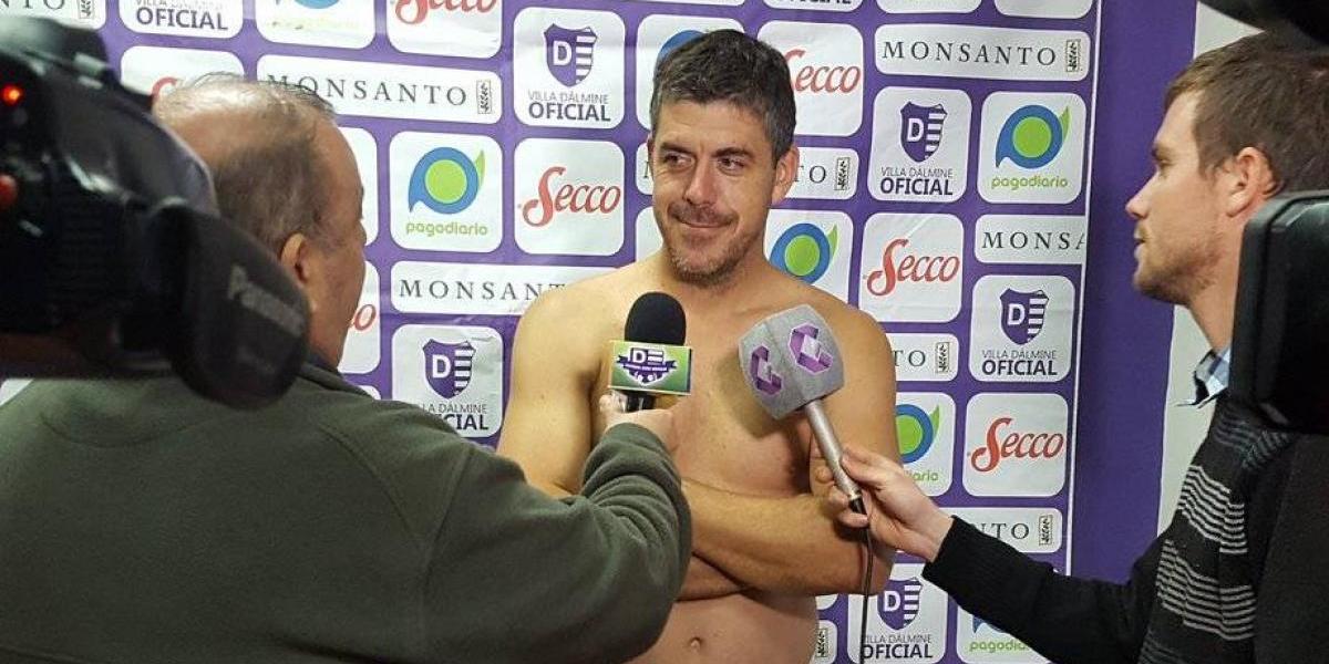 ¿Por qué un director técnico en Argentina dio una conferencia de prensa desnudo?