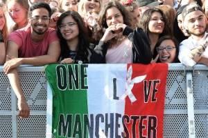 """Miles de personas asistieron al concierto """"One love Manchester""""."""
