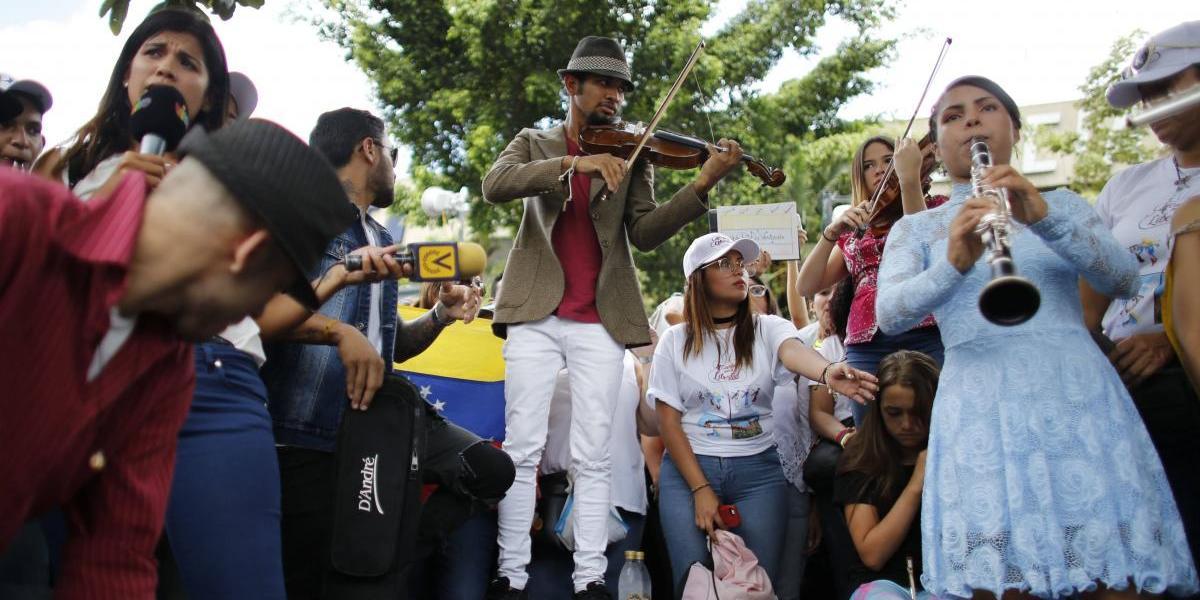 Violinista venezolano que conmovió al mundo ofrece concierto en medio de protestas
