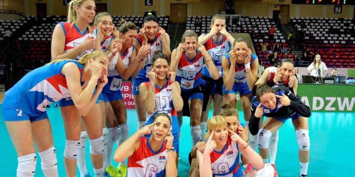 """Equipo femenil de voleibol de Serbia se mete en tremendo lío por foto """"racista"""""""