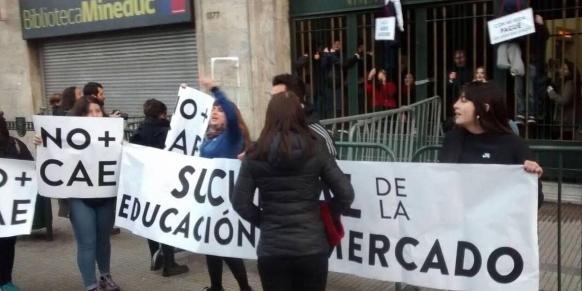 Estudiantes se toman edificio del Ministerio de Educación en protesta por el CAE