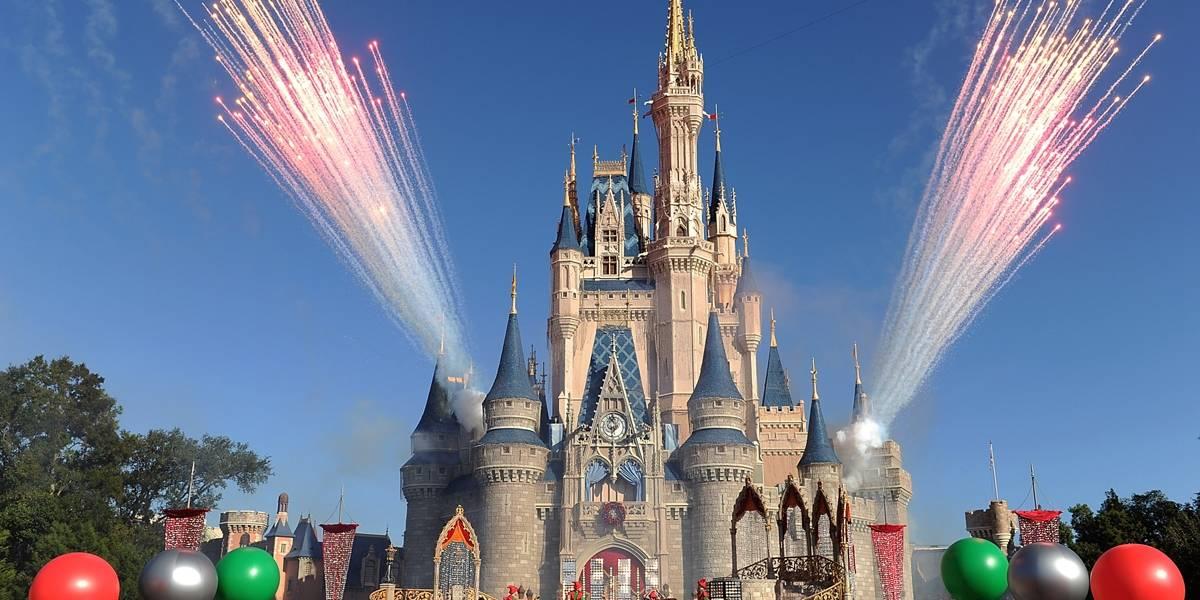 Menina de 9 anos aproveita cochilo do pai, pega celular e compra viagem para a Disney