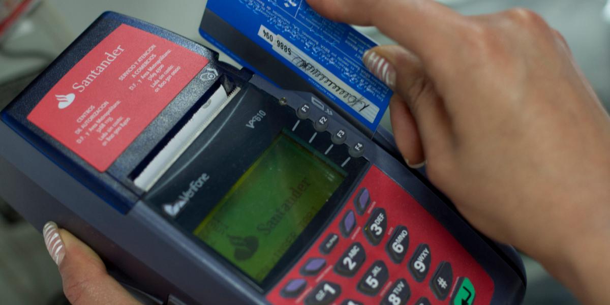Tarjetas de crédito acaparan préstamos bancarios a la población: Banxico
