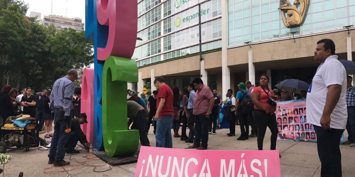 """Al grito de """"¡ABC, nunca más!"""" instalan anti monumento frente al IMSS"""