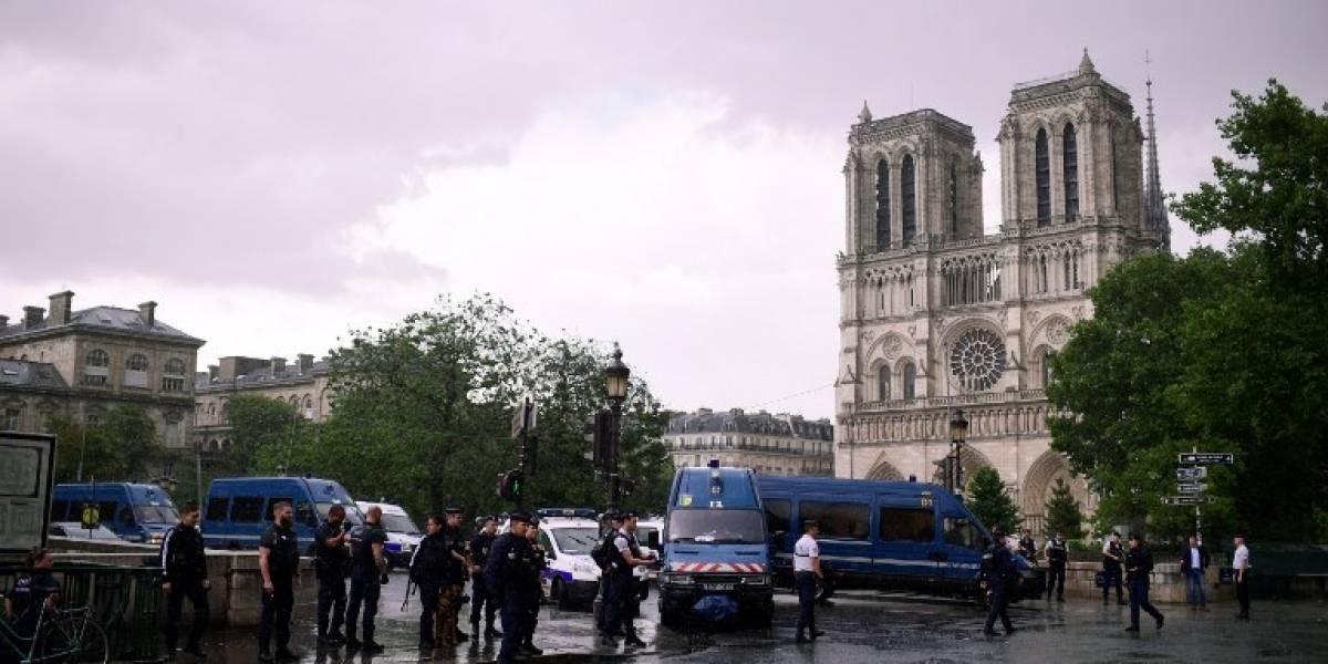"""Alerta en París: hombre ataca con martillo a un Policía en Notre Dame al grito de """"es por Siria"""""""